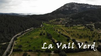 The Environment Son Vic Vell's house is in the middle of valleys  and mountains of medium height: La Vall Verd,  s'Estret de Sa Cova, es Puig des Cero,  es Puig des Revell...  A valley of almond trees, carob trees,  pine forests, crops...  1 km from the beautiful Es Capdellà  and a few kilometers from the sea of Peguera.