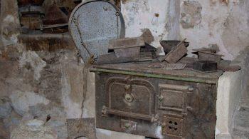 La tradición La finca tiene espacios que recogen elementos de labores tradicionales como l'estable vell, un espacio enigmático donde cada detalle te transportará siglos atrás. Otros elementos etnológicos como el horno de leña, l'era de batre, la casa del carbonero, el horno de cal, el aljibe.... todos ellos nos muestran cómo vivían y trabajaban antiguamente.